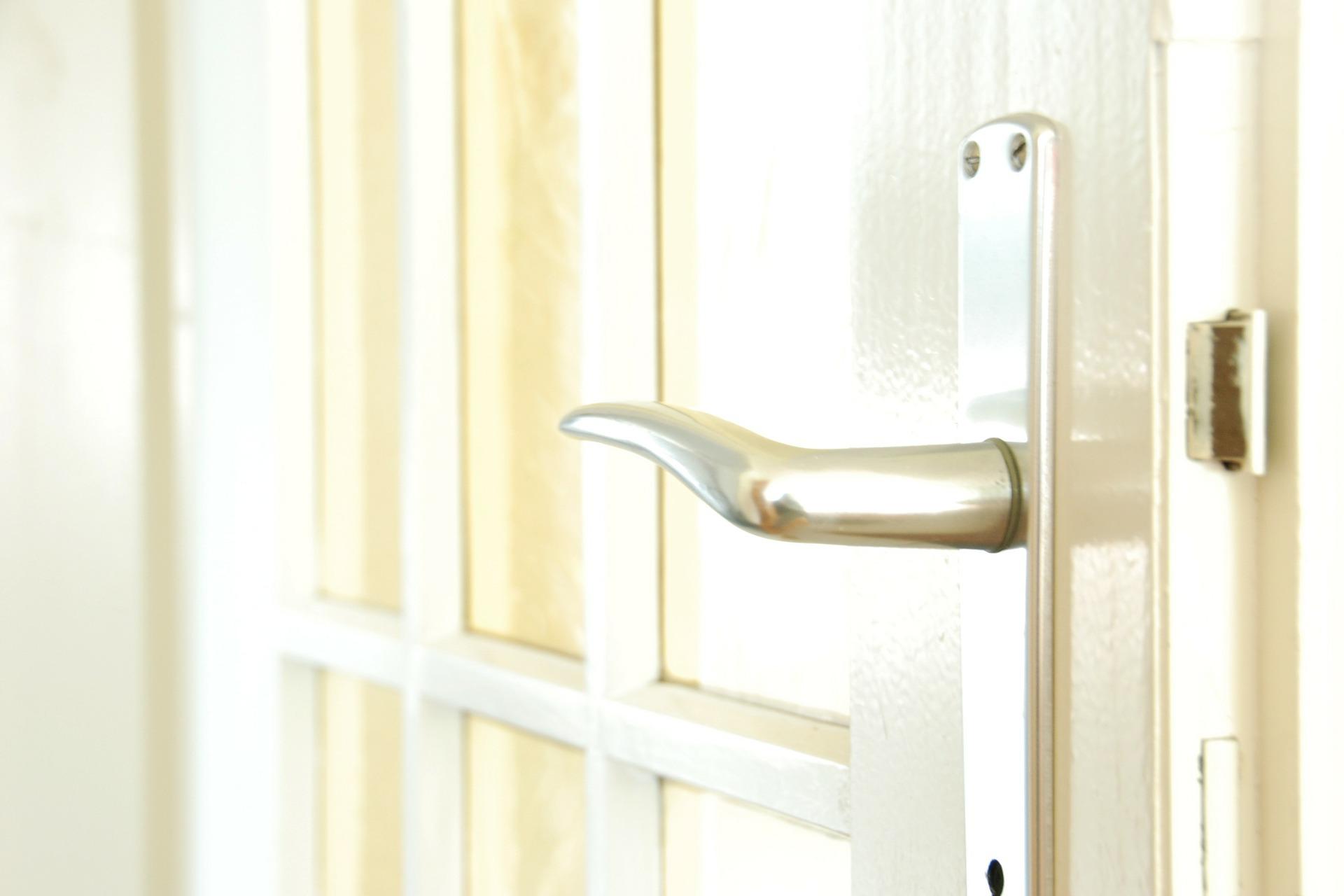démonter une poignée de porte